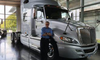 El CEO de Navistar a lado de su camión eléctrico
